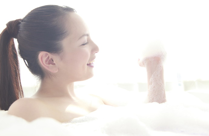 お風呂で音楽を聴くと驚くべきリラックス効果が!?疲れ気味の時はトライ♡